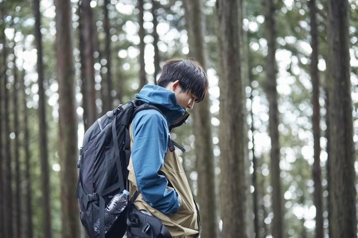 おしゃれなアウターを着て登山をしている男性の画像