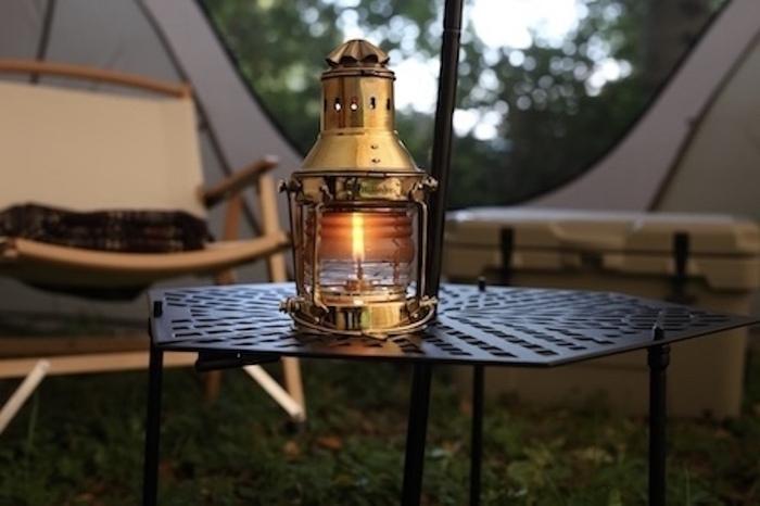 キャンプサイトをおしゃれに彩るアンティーク調ランプ。ハイランダーからコスパに優れた2新作