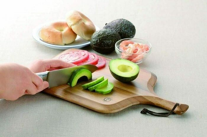 カッティングボードで野菜を切っている画像