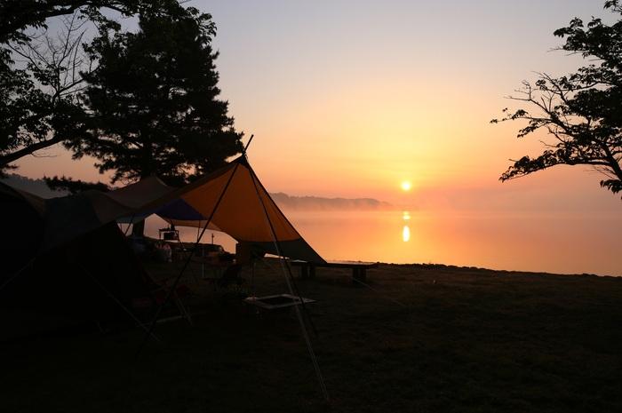 キャンプ場の朝日