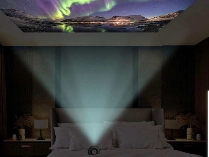 プロジェクターで天井に映像を写している画像