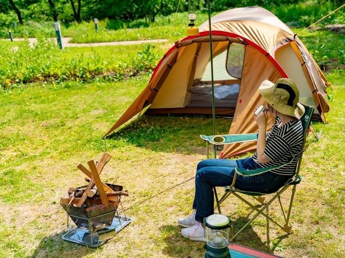 ソロキャンプをしている女性の画像