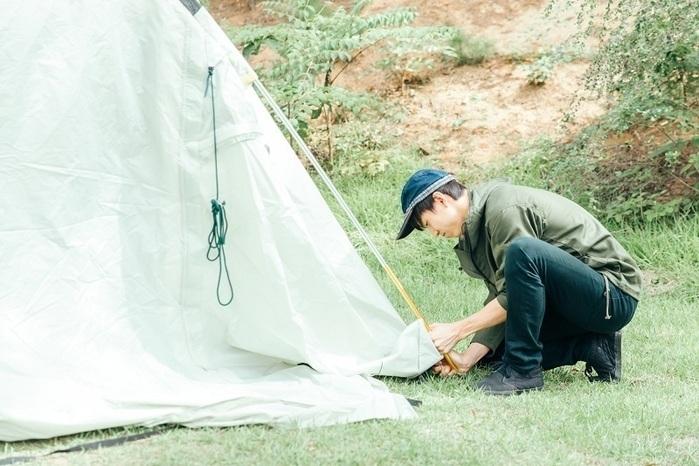 テントを設営している男性