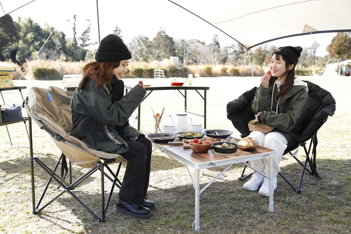 デイキャンプをする女性