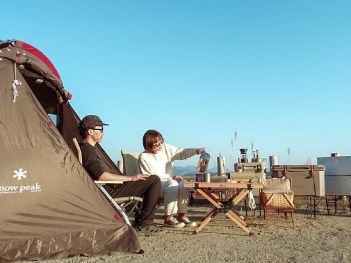 カップルでキャンプをしているところ