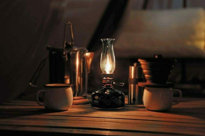 ガスランタンがテーブルの上で点灯している様子