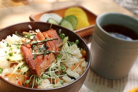 焼かず、煮込まず、まぜるだけのキャンプ飯。老舗鮮魚店・魚耕の「まぜご飯の素」で優勝!