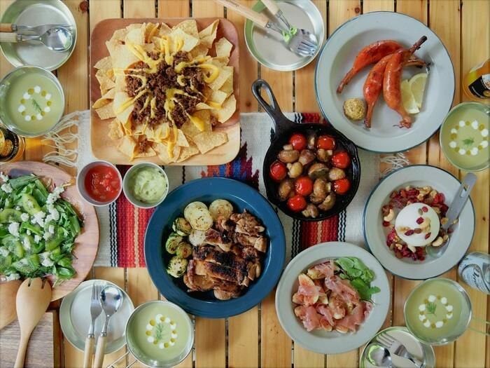 テーブルに並ぶアウトドア料理