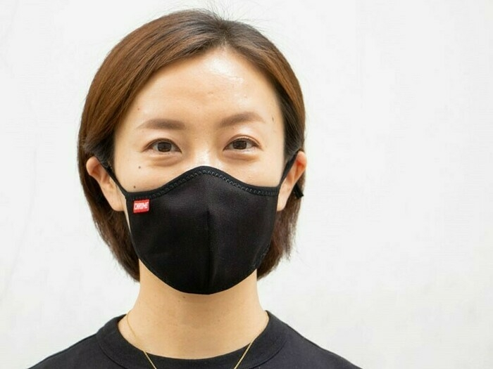 登山向けマスクを着用した女性