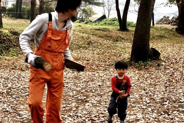 薪を運ぶ2歳の息子