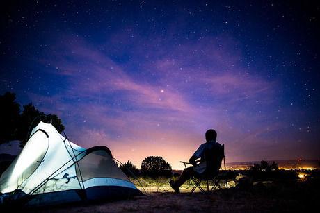 テントと星空を見上げる人影