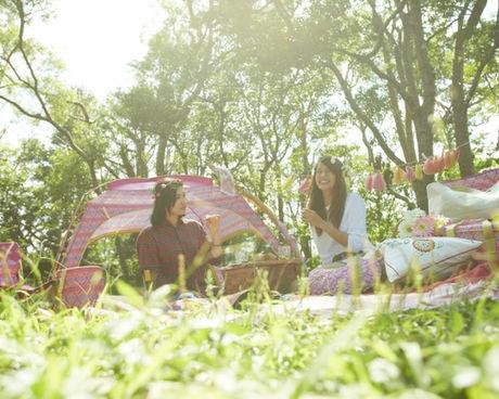 ピンクを基調としたコールマンのグッズでおしゃれにピクニックを楽しむ女の子