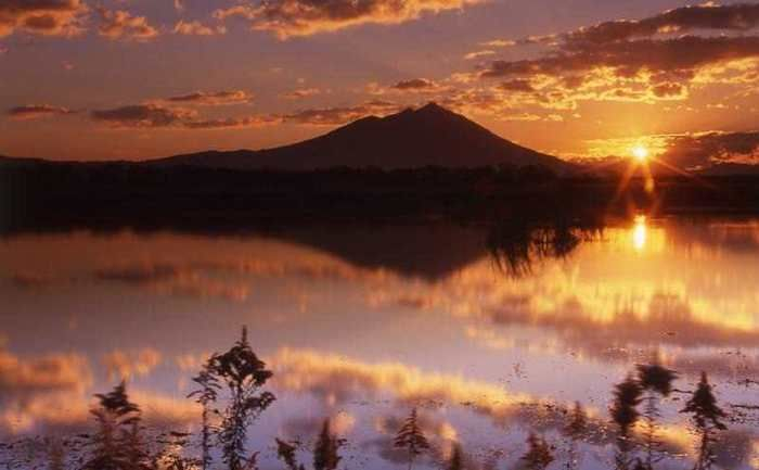 夕日に照らされる筑波山