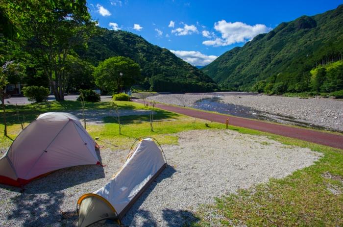 川原に立てられたテント