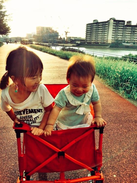 河川敷の遊歩道を散歩する姉妹