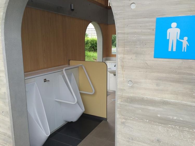 芝生広場横の男子トイレを外から見た様子