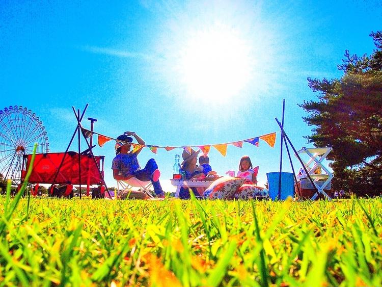 国営ひたち海浜公園でピクニックをする家族
