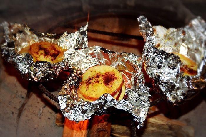 アルミホイルに包まれた焼きリンゴ