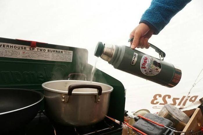 鍋にお湯を注いでいるアラジン社のスタンレーボトル