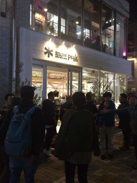 スノーピーク表参道店のレセプションパーティーに並ぶ人々