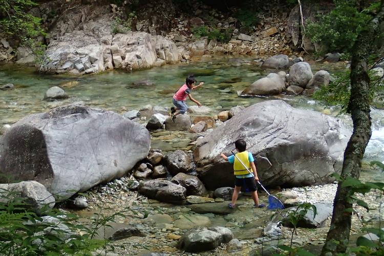 川で遊ぶにしちゃんさんの子供たち