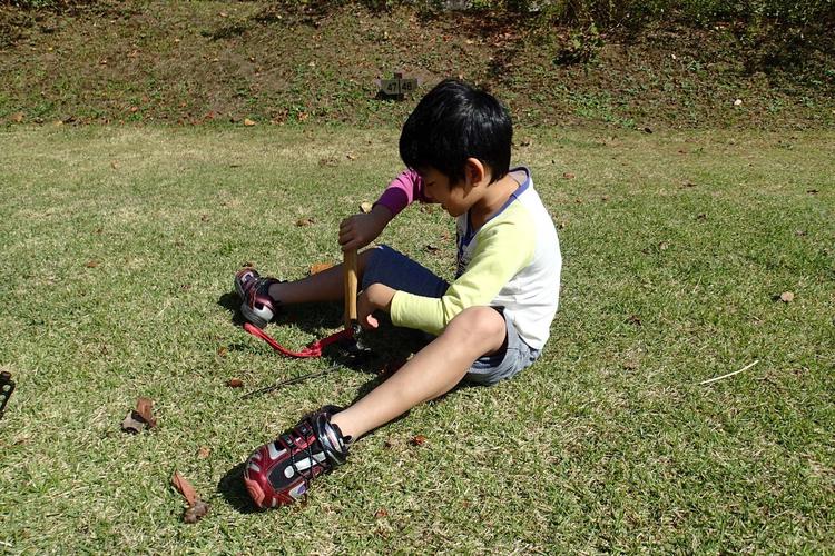芝生の上で遊ぶ子供