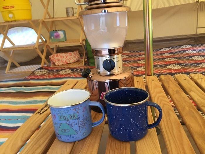 机に置かれたランタンとマグカップ