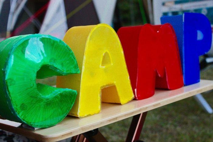 DIYで作られたCAMPという文字の模型