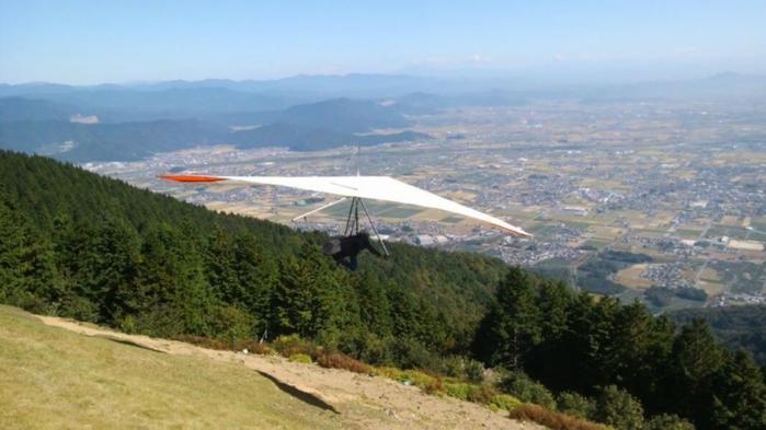 バーズアイビューハンググライダースクールでハンググライダーをする人