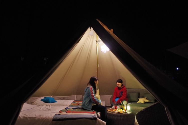 おつまみで楽しむキャンプの様子