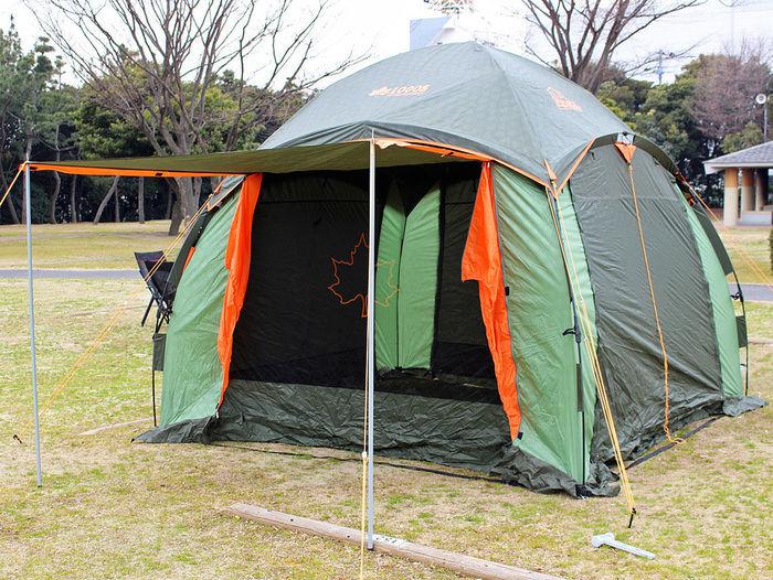キャンプサイトに張られたシェルター