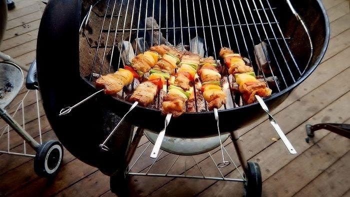 バーベキューグリルで焼く串焼き