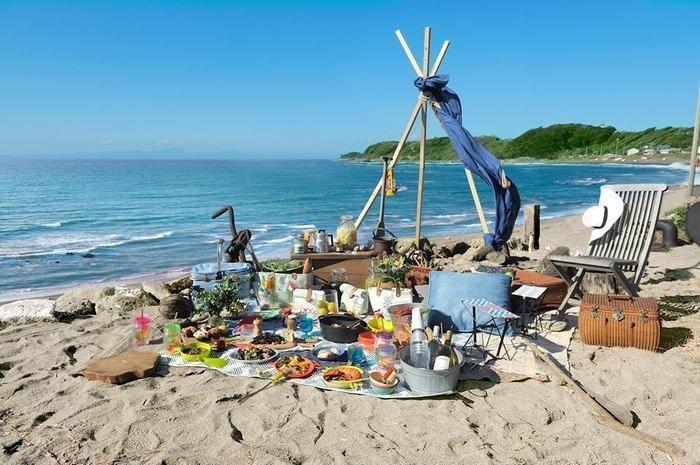 海辺に広げられたブルーノのアウトドアギア