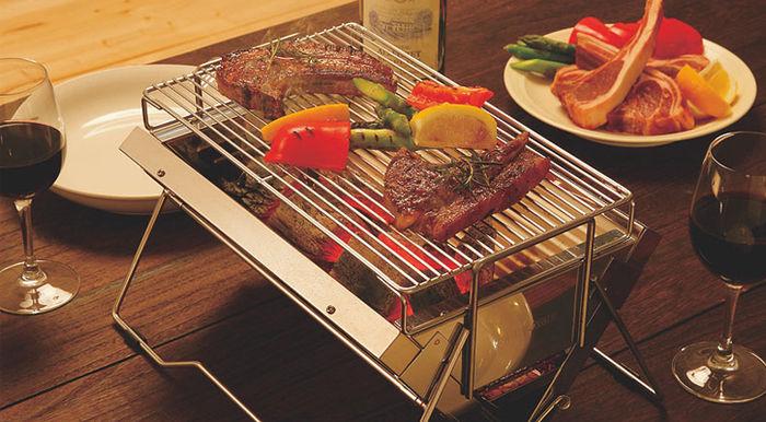 バーベキューコンロで焼かれたお肉と野菜