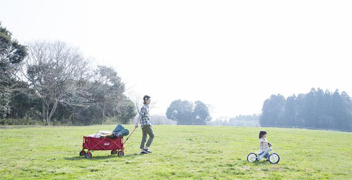 ストライダーを押す子どもとキャリーワゴンで荷物を運ぶママ