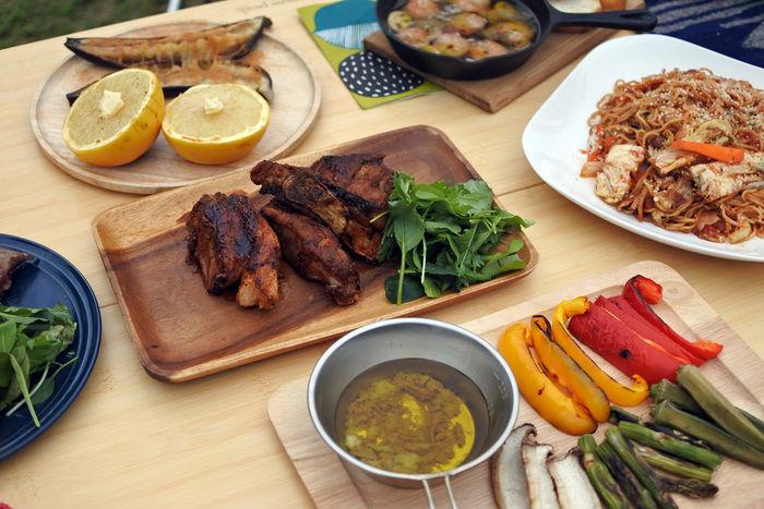 テーブルの上に乗った様々なアウトドア料理