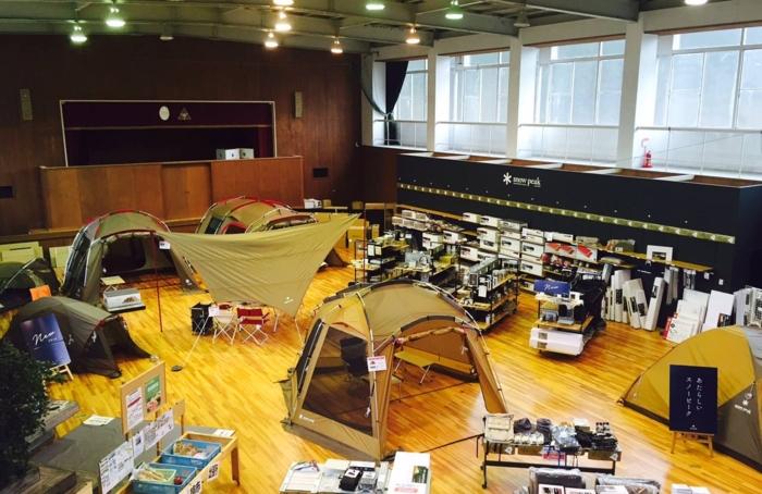 スノーピーク箕面自然館で体育館内に張られたテント