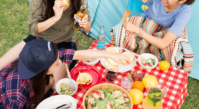 ピクニックをする女性達