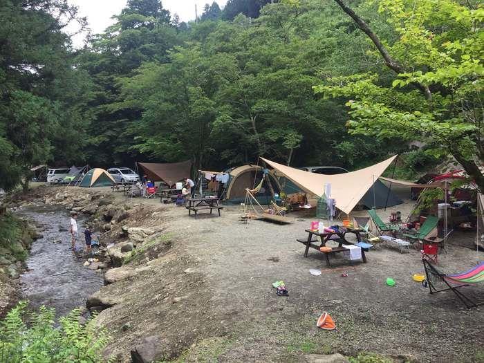 ボスコキャンプベースの川辺のキャンプの様子