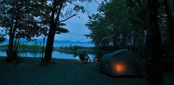 夕暮れ時のスノーピークのテントと海