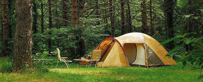 森の中に立つスノーピークのドームテント
