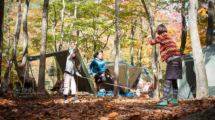 キャンプを楽しむ女性と子供