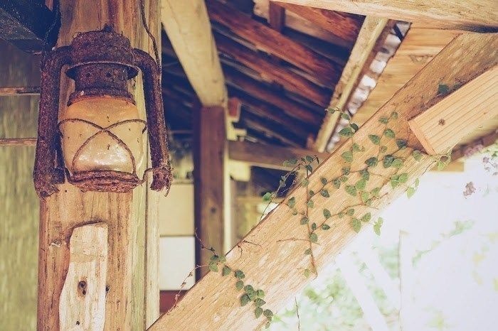 ツリーハウスに取りつけられたランプ