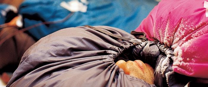 イスカのシュラフで眠る人