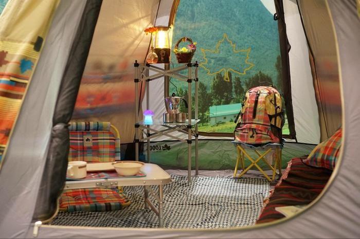 ロゴスのキャンプグッズで揃えたテント内の様子
