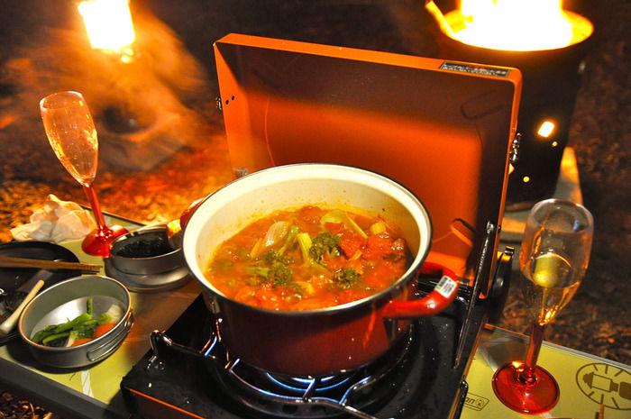 秋キャンプで鍋でスープを作っている写真