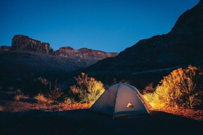 山々に囲まれる夜のテント