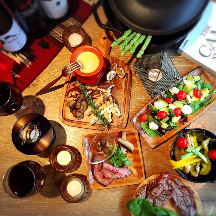 机の上に並べられた料理