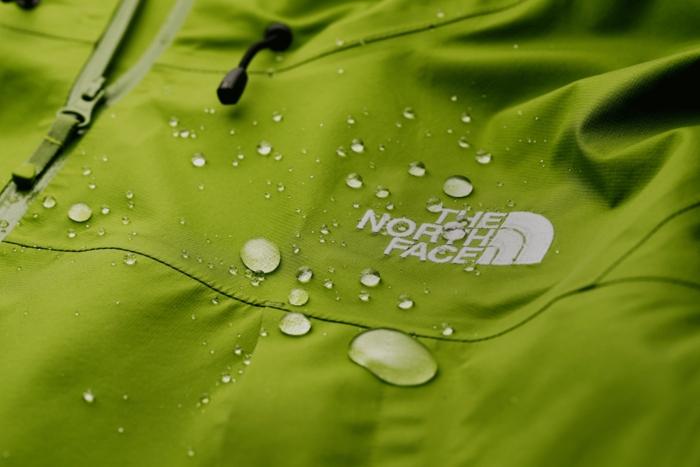 ノースフェイスのウェア上の無数の水滴