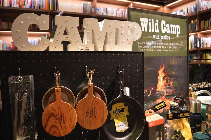 代官山蔦屋書店内の「Wild Camp」フェアの広告ポスターとロゴのアップ